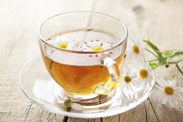 Uống trà hoa cúc để trị mất ngủ