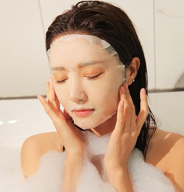 Kết hợp đắp mặt nạ khi đi tắm