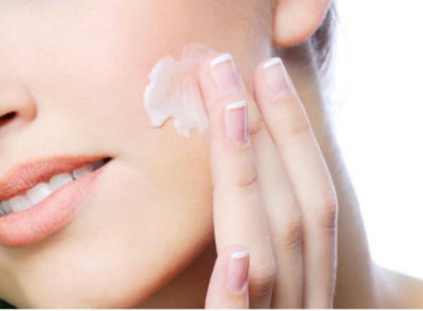 Sử dụng kem dưỡng ẩm để chăm sóc da