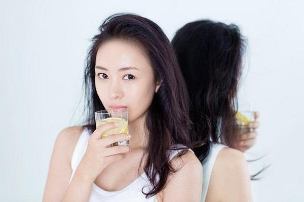 Uống nước gì để trắng da từ bên trong, nước uống trắng da, nên uống nước gì hàng ngày để đẹp da, các loại nước uống làm trắng da, các loại nước ép làm trắng da, thức uống trắng da từ bên trong, uống gì để trắng da từ bên trong, cách làm trắng da từ bên trong,